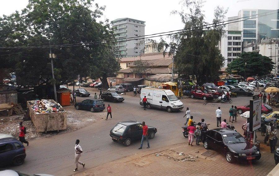 Ciutat de Conakry amb un contenidor d'escombraries al carrer
