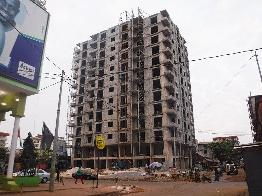 Edifici en construcció a la ciutat de Conakry