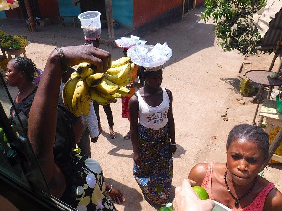 Venedores ambulants venent fruita i aigua. Guinea Conakry