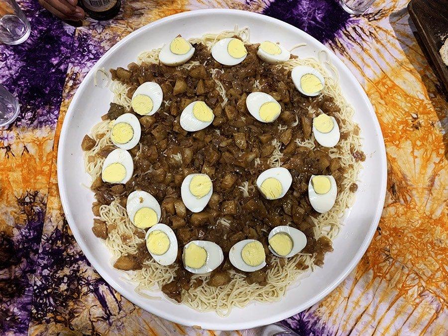 Plat d'espaguetis amb patata, ou dur i salsa per compartir entre 6-8 persones