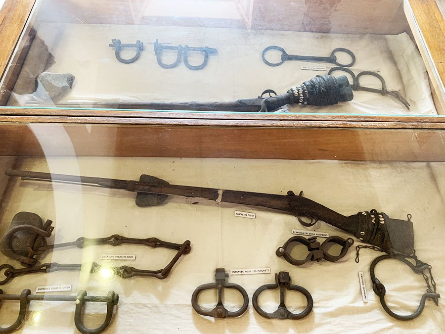 Armes i eines de l'època en la Casa dels Esclaus