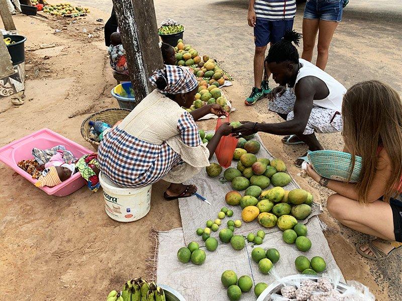 Comprant fruita al mercat de Kafountine